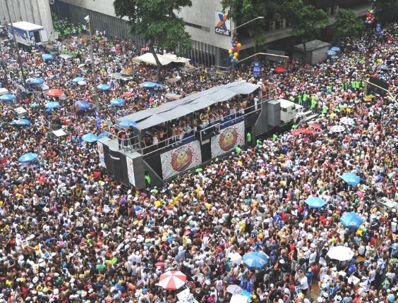 Foliões se divertem no Cordão do Bola Preta, tradicional bloco que desfila pela Av. Rio Branco, centro do Rio (10/2/2012)