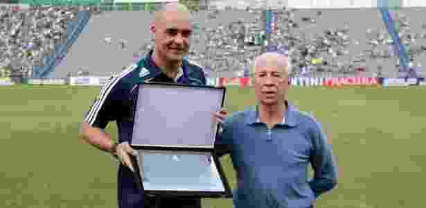 Valdir Joaquim de Moraes, ex-goleiro do Palmeiras, entrega placa a Marcos - Fabio Braga/Folhapress