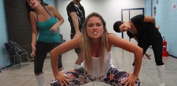 Ellen Rocche ensaia para reproduzir coreografia da cantora Lady Gaga em quadro do Caldeirão do Huck (Globo)