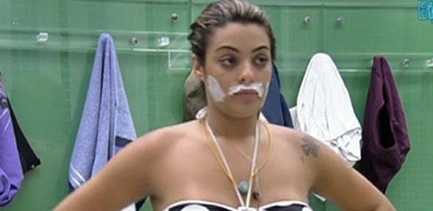 Monique, participante do BBB 12, descolore o buço para tentar esconder os pelos indesejáveis - TV Globo