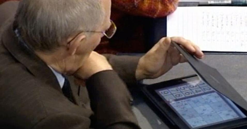 Ministro alemão é flagrado jogando sudoku em reunião sobre Grécia