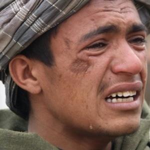 Homem chora a morte de familiares após um soldado americano matar pelo menos 17 civis, entre eles mulheres e crianças