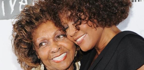 A cantora Whitney Houston (dir.) com sua mãe, Cissy