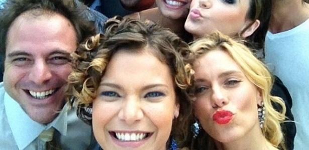 """Atriz Milena Toscano posta no Twitter uma foto em que aparece ao lado dos colegas de elenco de """"Fina Estampa"""""""