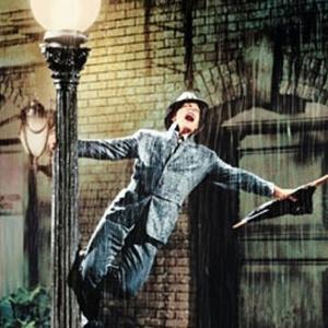 A chuva mostrada no filme não é só de água: o líquido é composto de água e leite. Os produtores fizeram isso para obterem um efeito melhor nas telas, só não contavam que a mistura fosse fazer com que o terno de Gene Kelly (foto) encolhesse  - Divulgação