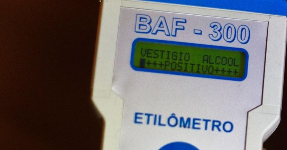 Bafômetro acusa álcool em motorista, após teste realizado em blitz na avenida Sumaré, em São Paulo