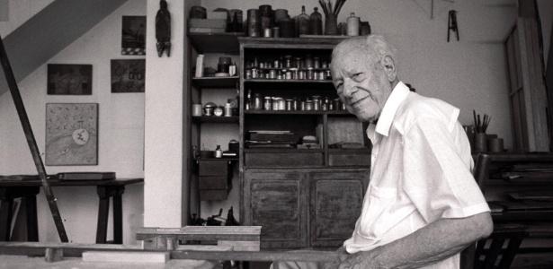 O pintor Alfredo Volpi em seu ateliê em imagem de arquivo - Avani Stein/Folhapress