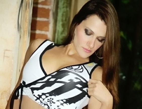 Belas da torcida: Cinthya Lourenço veste a camisa do Santos