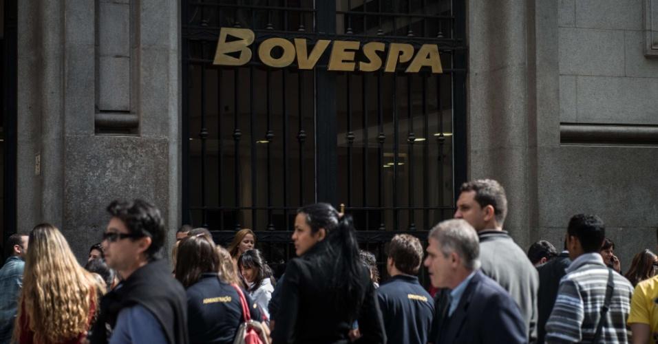 Pessoas caminham em frente à Bovespa