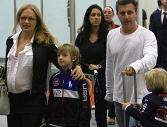 Angélica e Luciano Huck voltam ao Brasil após férias com os filhos nos Estados Unidos
