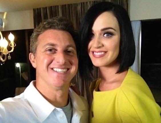 """Luciano Huck tira foto com Katy Perry em entrevista da cantora para o """"Caldeirão do Huck"""""""
