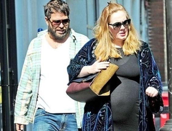 Grávida de oito meses do namorado, Simon Konecki, a cantora Adele exibe a barriga