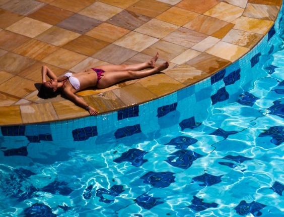 Versão app: 18.set.2012 - Mulher toma sol nas piscinas do Sesc Belenzinho, em São Paulo, no dia mais quente do inverno atual