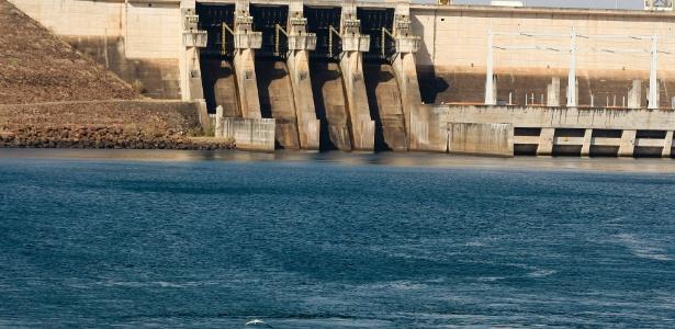 Usina de Três Irmãos, no rio Tietê, opera com o volume morto desde 2014 - Joel Silva/Folhapress