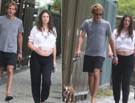 O príncipe de Mônaco, Andrea Casiraghi, passeia com a noiva, Tatiana Santo Domingo, que está grávida, e o cachorro pela orla de Ipanema, na zona sul do Rio