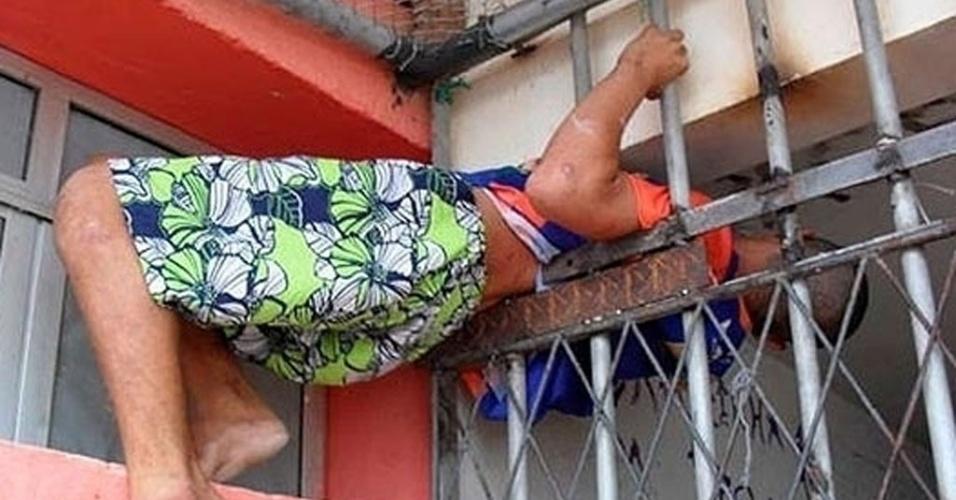 Rapaz preso por furto tenta fugir, mas fica entalado, na manhã desta segunda-feira em Natal (RN)