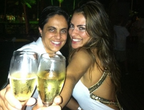 """1.jan.2013 - No Guarujá, Thammy Miranda curte a virada ao lado da namorada Linda e diz """"Desejo a todos o dobro do que me desejar! Happy New Year"""" ?"""